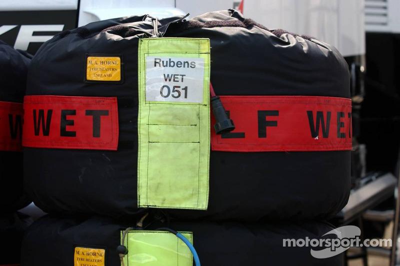 Pneus humides au chauffage des pneus pour Rubens Barrichello