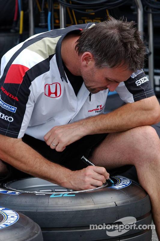 L'ingénieur des pneus de Honda Racing marque les pneus