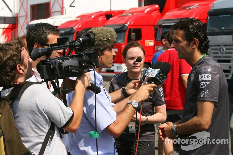 Pedro de la Rosa est questionné par les médias