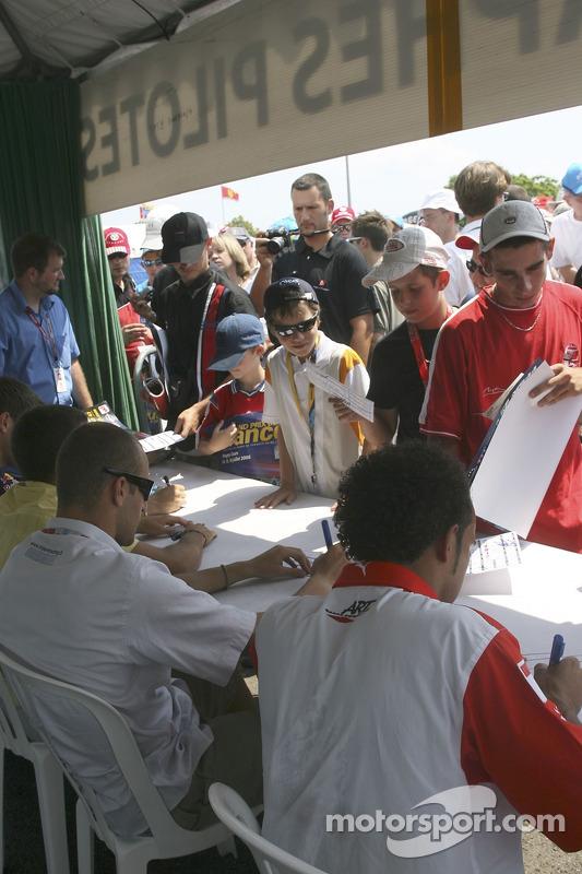 Des fans de GP2 se rassemblent pour la séance de dédicaces avec Michael Ammermuller, Ernesto Viso, Gianmaria Bruni, Lewis Hamilton et  Nelson A. Piquet