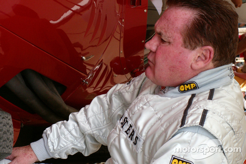 Alan Jones inspecte la Mazerati 250f