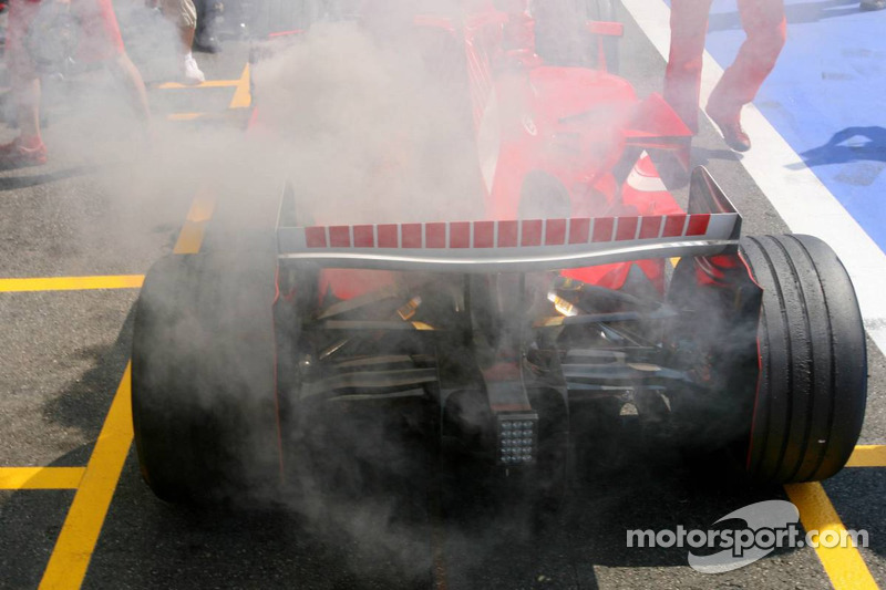 La voiture de Michael Schumacher en feu