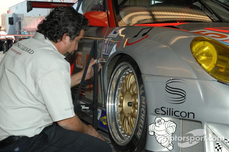Un technicien de Flying Lizard Motorsports au travail
