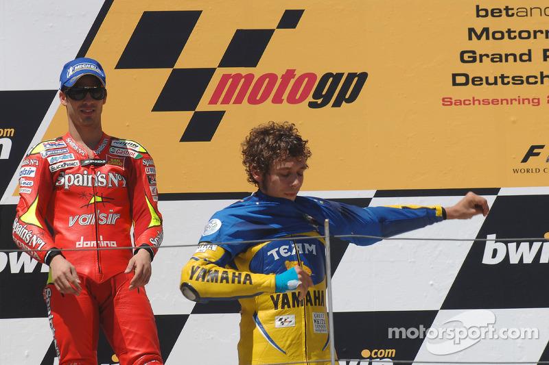 Podio: ganador de la carrera Valentino Rossi se pone en la camiseta del equipo de Italia