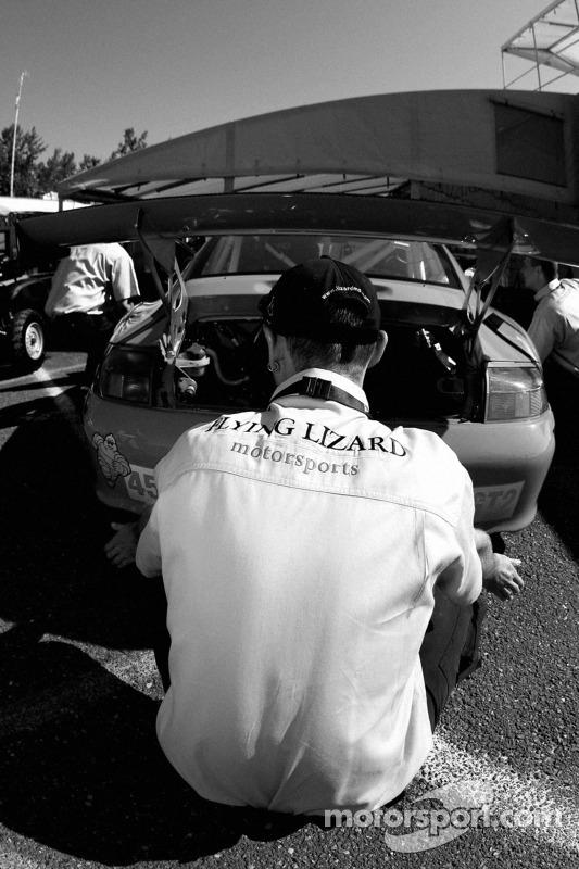 Un membre de l'équipe Flying Lizard Motorsports au travail