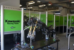 Команда Kawasaki за работой