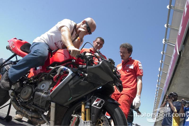 Randy Mamola vérifie sa moto à deux places
