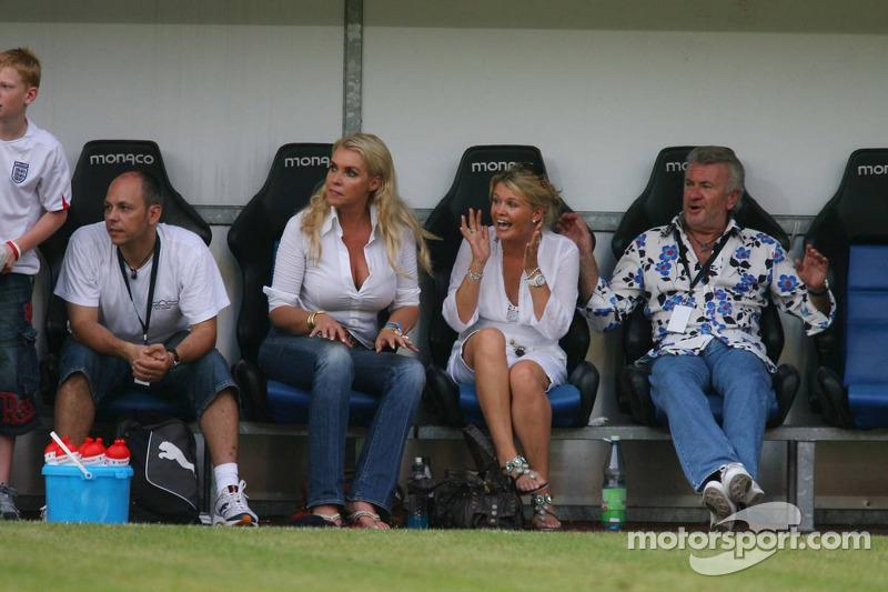 Spiel des Herzens, les stars de la F1 jouent contre les stars de RTL pour l'UNESCO: Corina Schumacher et Willi Weber regardent le match