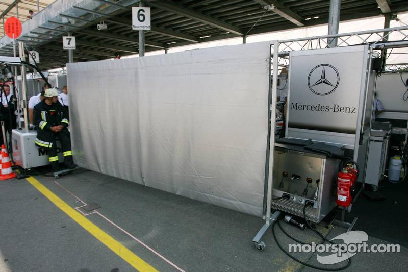 Des fans amicaux regardent chez Mercedes-Benz
