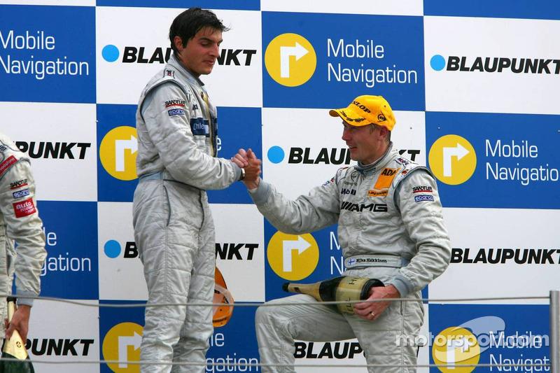 Podium: Mika Häkkinen félicité par le vainqueur Bruno Spengler