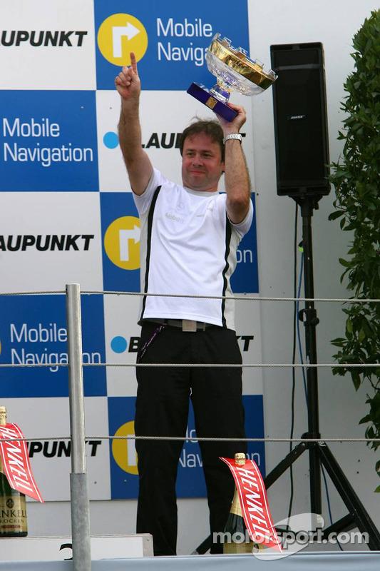 Podium: Gerhard Ungar, chef designer de AMG, avec le trophée du championnat du monde des constructeurs