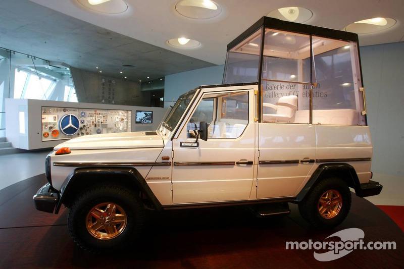 Evénement média de DaimlerChrysler Mercedes: une papemobile Mercedes-Benz 230 G dans le musée Mercedes-Benz à Stuttgart