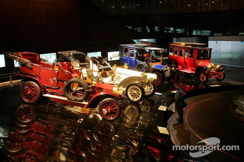 Evénement média de DaimlerChrysler Mercedes: voitures historiques dans le musée Mercedes-Benz à Stut