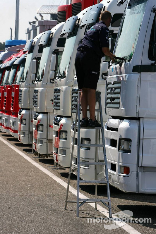 Truckie nettoie les camions