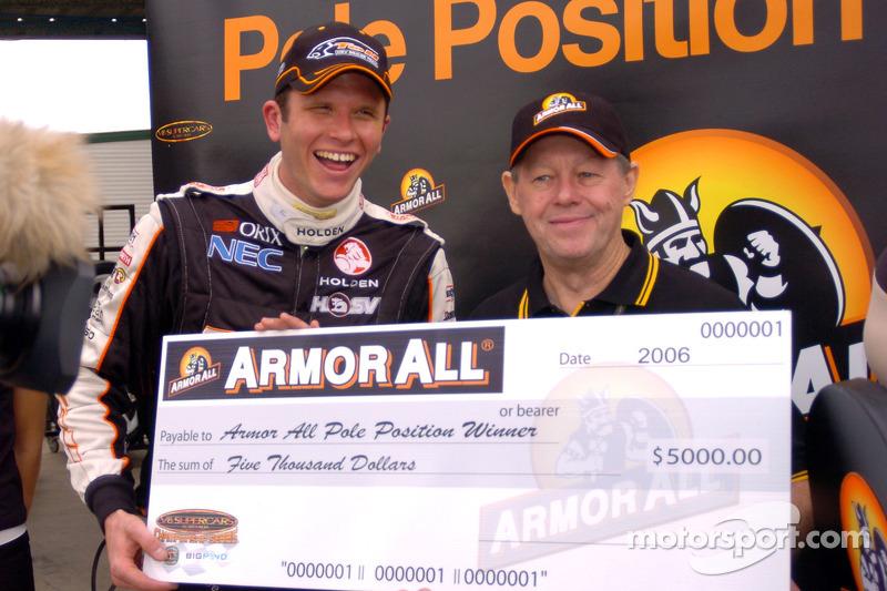 Garth Tander avec le chèque de la pole position
