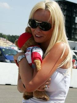Cora Schumacher avec la mascotte de Toyota
