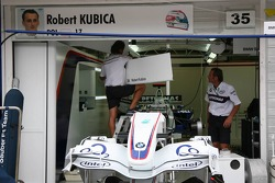 Los miembros del equipo BMW Sauber aplicarán señal de garaje de Robert Kubica