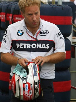 Ingeniero con el casco de Robert Kubica de BMW Sauber F1 Team