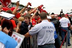 Seguridad retiene a los fans para que Michael Schumacher firme autógrafos