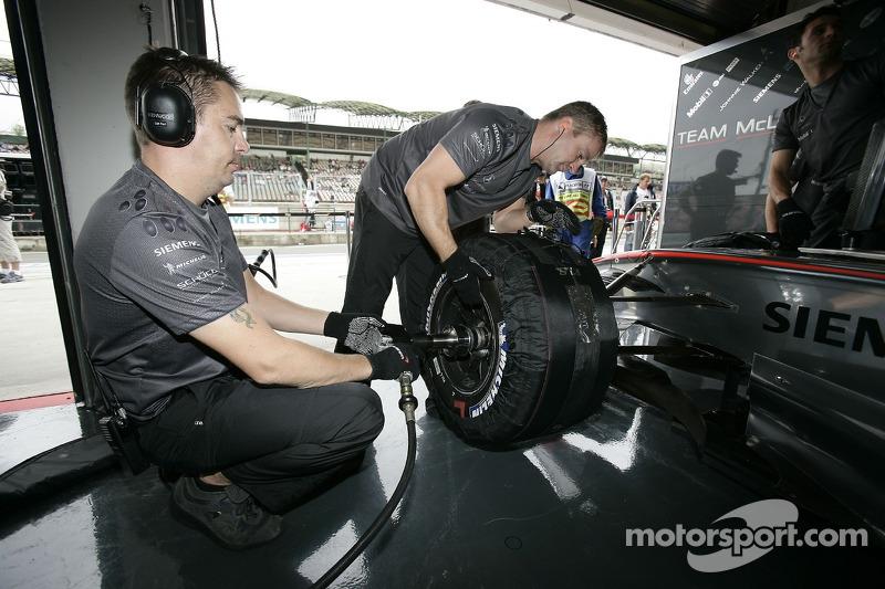 Miembros del equipo McLaren en el trabajo