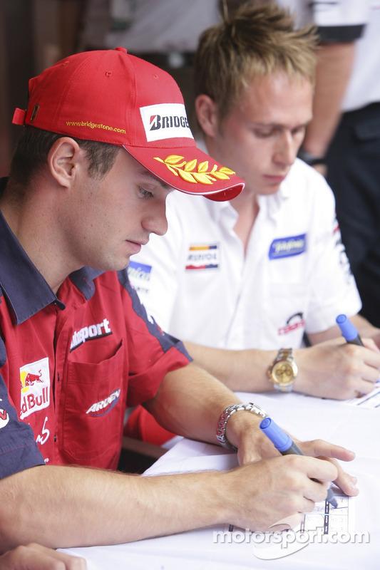 Nicolas Lapierre signe des autographes