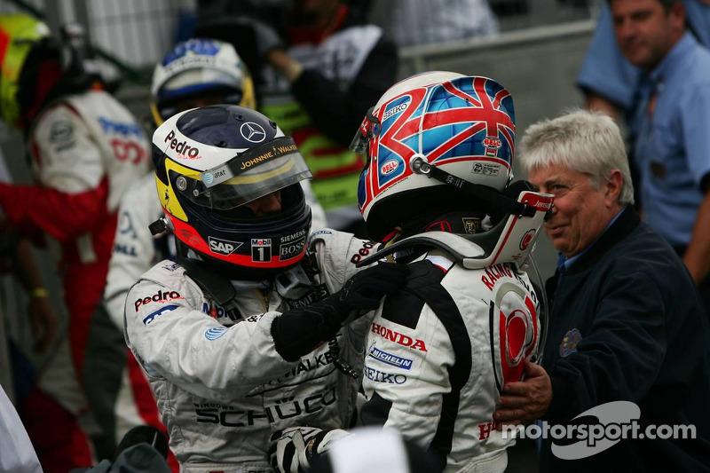 Ganador de la carrera que Jenson Button celebra con Pedro de la Rosa
