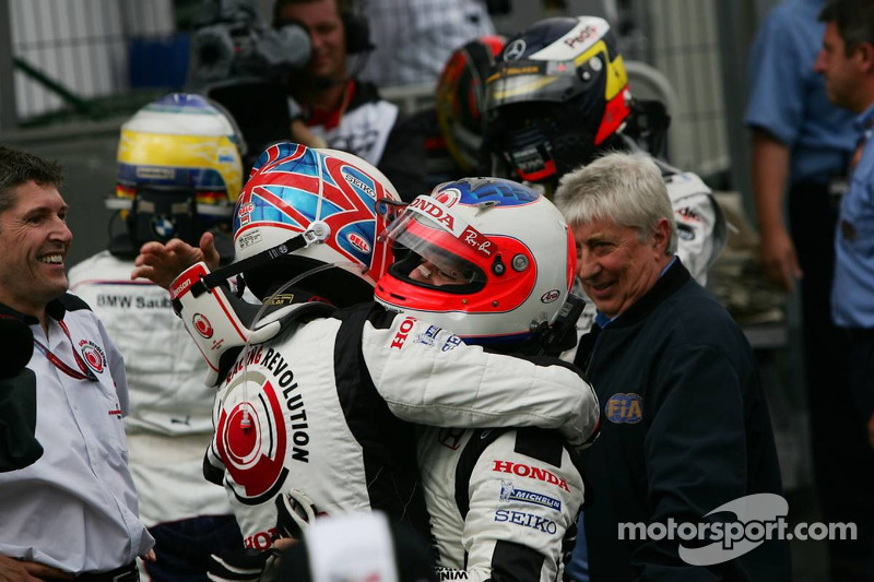 Ganador de la carrera que Jenson Button celebra con Rubens Barrichello