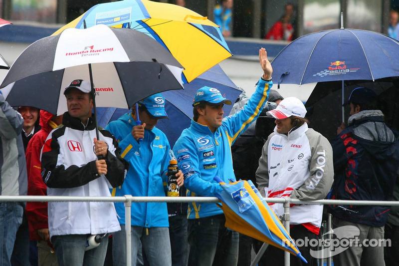 Desfile de pilotos: Fernando Alonso y Giancarlo Fisichella
