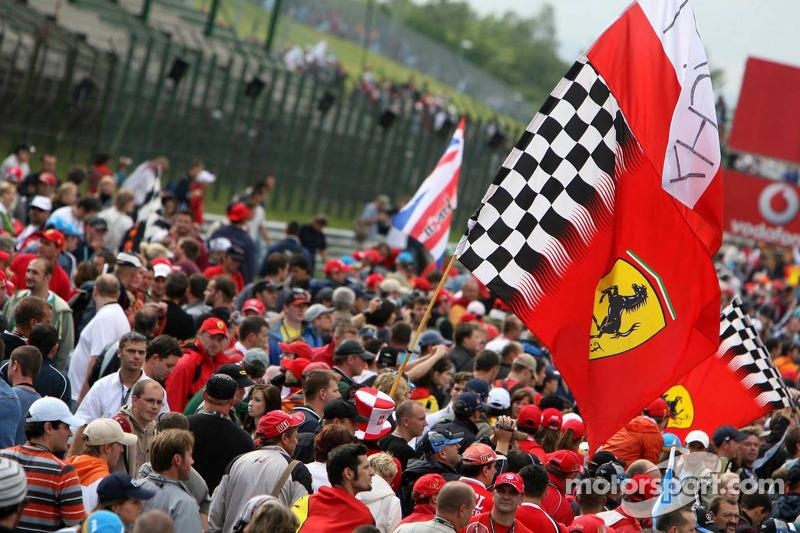 Fanáticos en la pista después de la carrera
