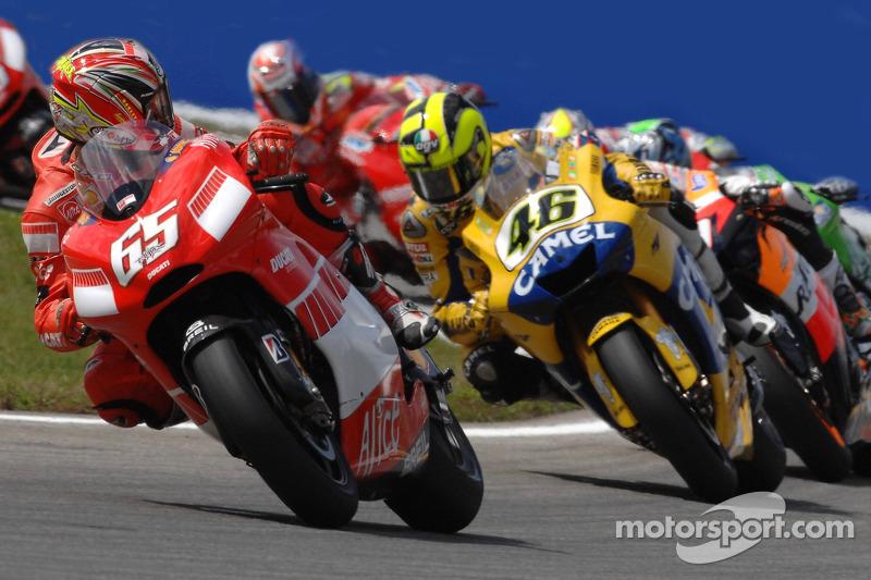 Inicio: Loris Capirossi toma la delantera frente a Valentino Rossi