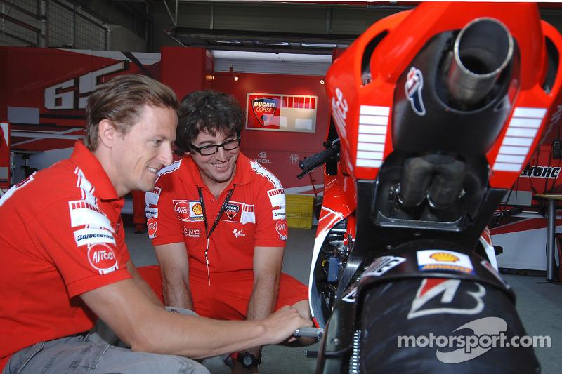 Sete Gibernau comprueba la nueva 800cc Ducati Desmosedici