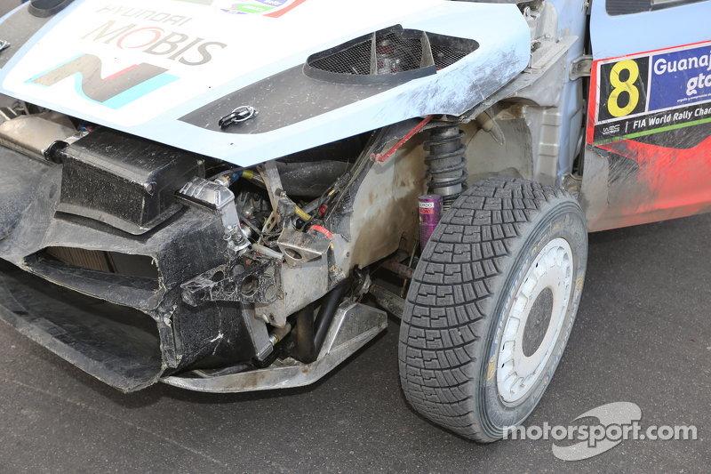 Daniel Sordo und Marc Marti, Hyundai i20 WRC, Hyundai Motorsport, mit Schäden