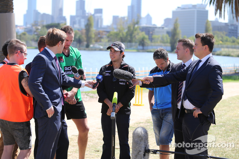 Sergio Perez, Sahara Force India F1 Team, spielt Kricket im Albert Park mit Brad Hodge und John Hastings