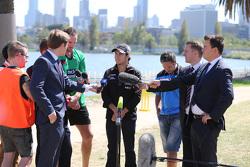 Sergio Pérez, Sahara Force India F1 Team, juega críquet en Albert Park con los australianos Brad Hodge y John Hastings