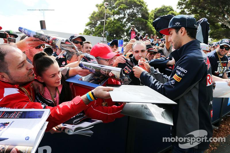 Daniel Ricciardo, Red Bull Racing, schreibt Autogramme für die Fans