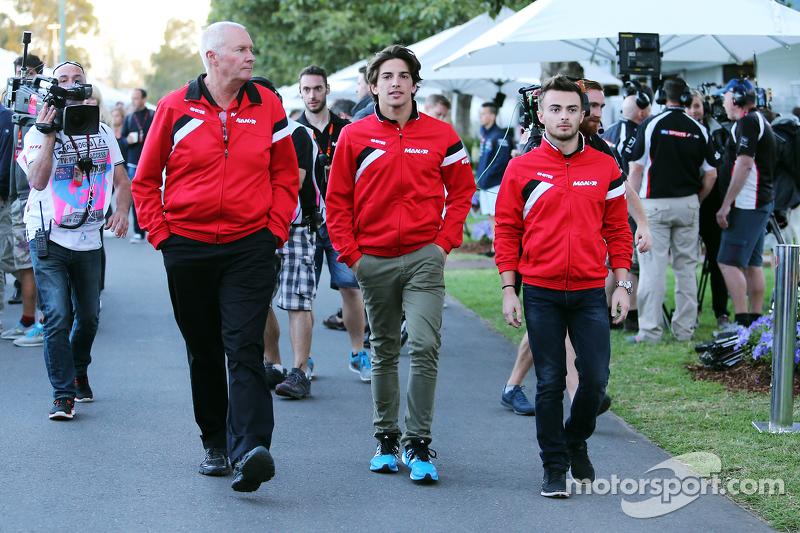 جون بووث، مدير فريق مانور اف1 مع روبرتو مرعي، فريق مانور اف1 وويل ستيفنز، فريق مانور اف1