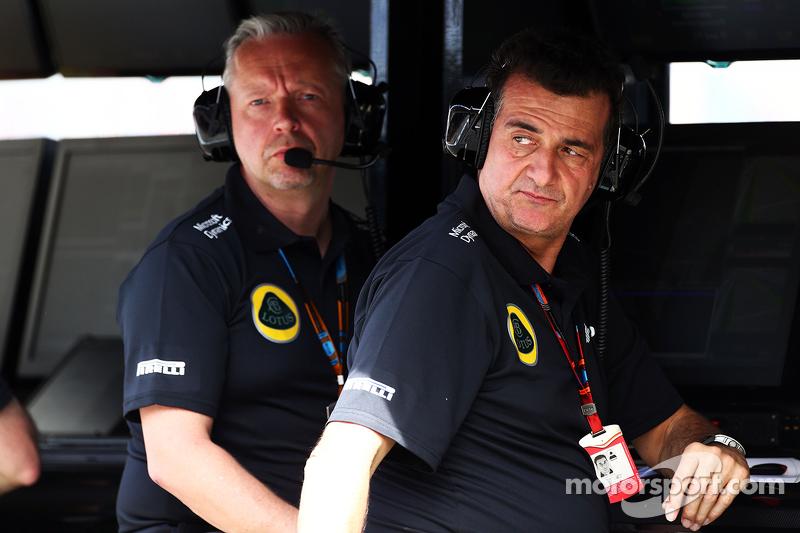 Paul Seaby, 路特斯F1车队车队经理,和Federico Gastaldi, 路特斯F1车队执行领队,在维修区指挥台