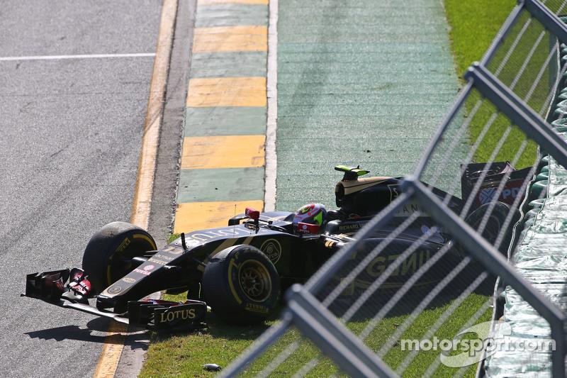 Start: Pastor Maldonado, Lotus F1 Team, in Schwierigkeiten