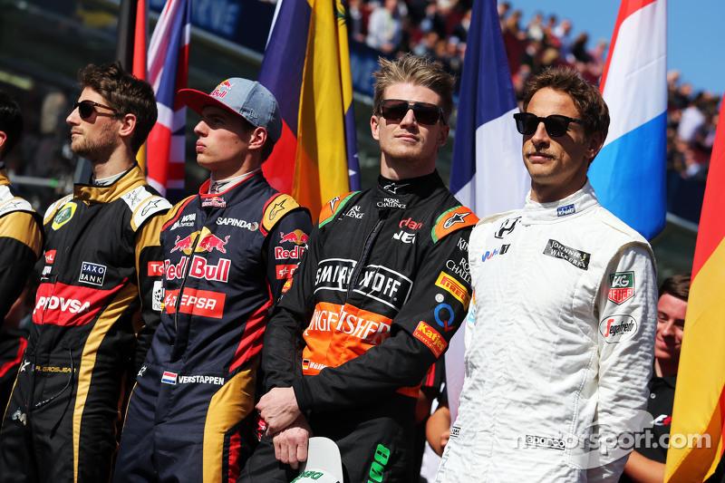 (从左到右)罗曼·格罗斯让,路特斯F1车队;马克思·维斯塔潘,红牛青年队;尼克·胡肯伯格,印度力量车队;简森·巴顿,迈凯伦车队,在起步线上
