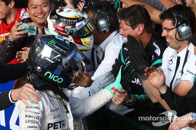 Peringkat kedua Nico Rosberg, Mercedes AMG F1, dan race pemenang balapan, Lewis Hamilton, Mercedes AMG F1