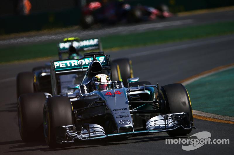 Lewis Hamilton, Mercedes AMG F1 W06, vor Teamkollege Nico Rosberg, Mercedes AMG F1 W06