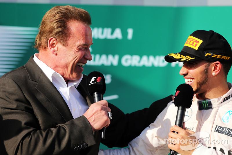 Arnold Schwarzenegger,sul podio con il vincitore della gara Lewis Hamilton, Mercedes AMG F1