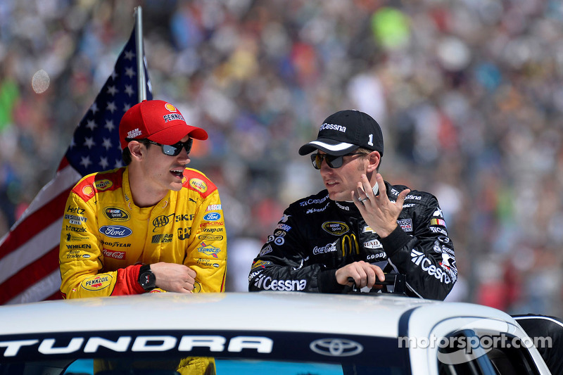 Joey Logano, Team Penske Ford, Jamie McMurray, Ganassi Racing Chevrolet