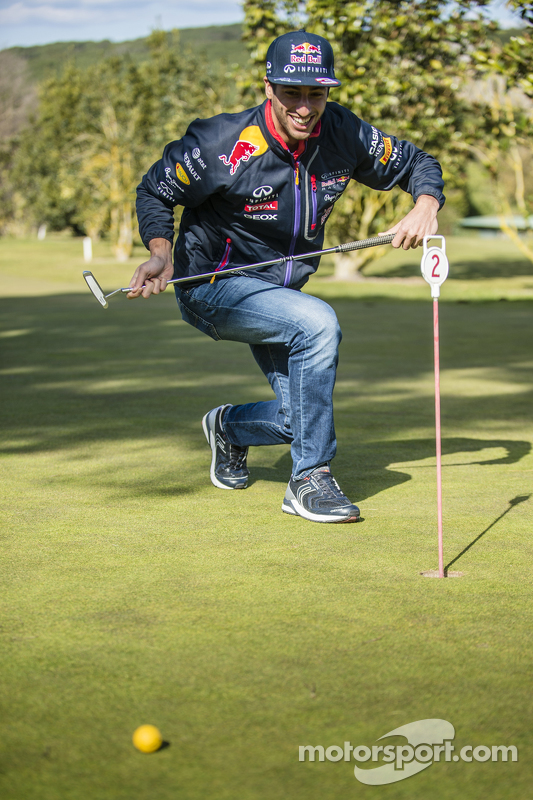 Daniel Ricciardo, Red Bull Racing, spielt Golf