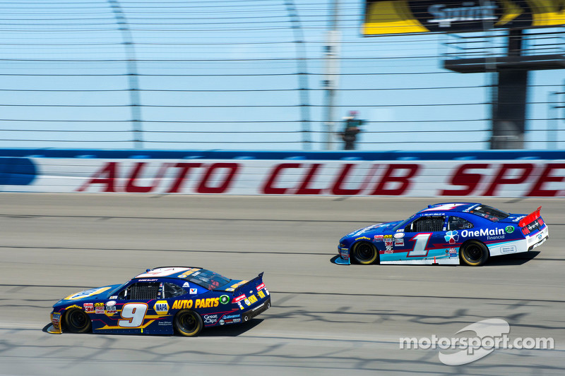 Chase Elliott, JR Motorsports Chevrolet, Elliott Sadler, Roush Fenway Racing Ford