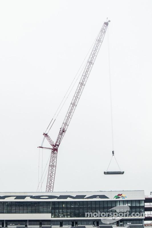 起重机带走了第一块多纳通压箱和一套设施