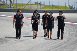 Sergio Perez, Sahara Force India F1, beim Trackwalk