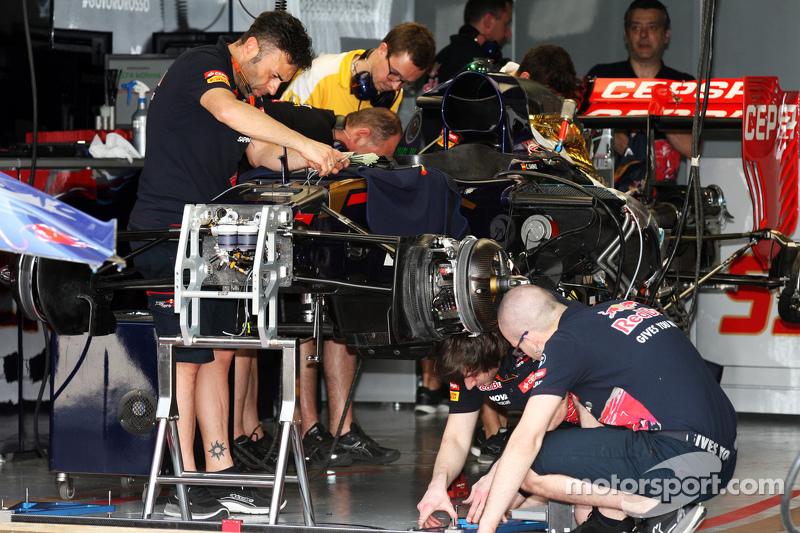Scuderia Toro Rosso STR10 is prepared di pit garage