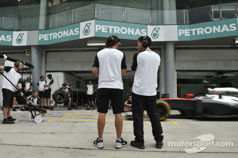 (Kiri ke Kanan): Fernando Alonso, McLaren dengan Andrea Stella, McLaren Race Engineer