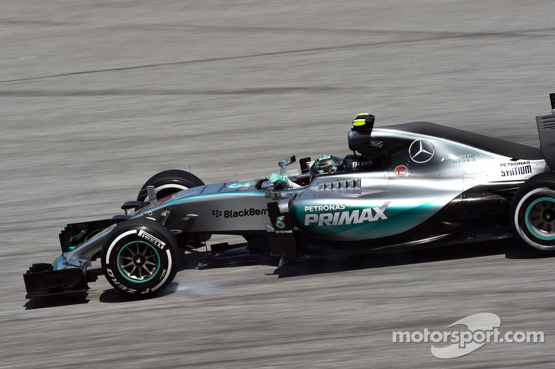 Nico Rosberg, Mercedes AMG F1 W06 locks up under braking